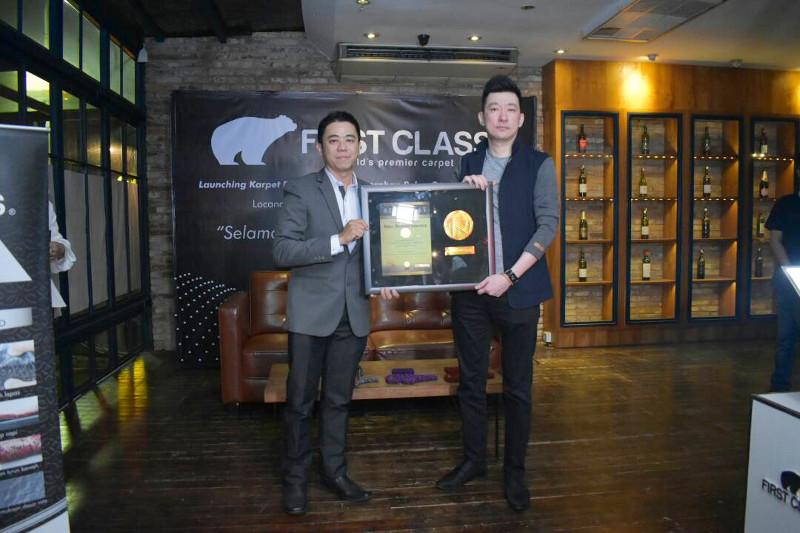 Karpet First Class Raih Penghargaan Tertinggi Rekor Otomotif Indonesia