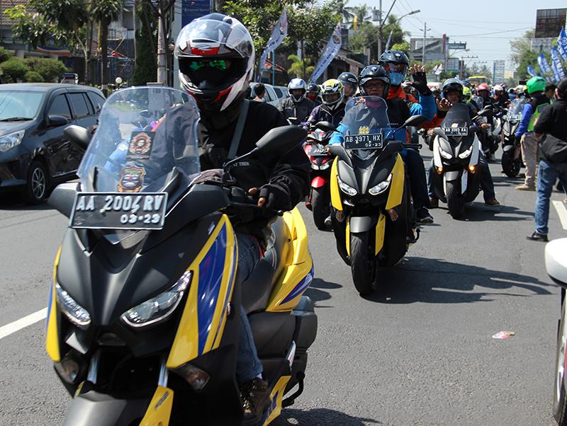 Komunitas MAXI Yamaha Padati Candi Borobudur