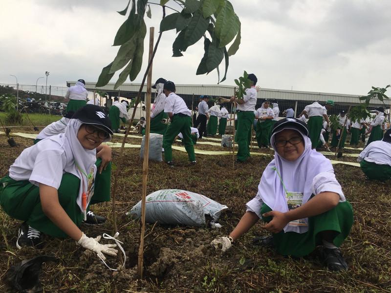 Berpose di saat beraktivitas menanam pohon bersama tim Suzuki.