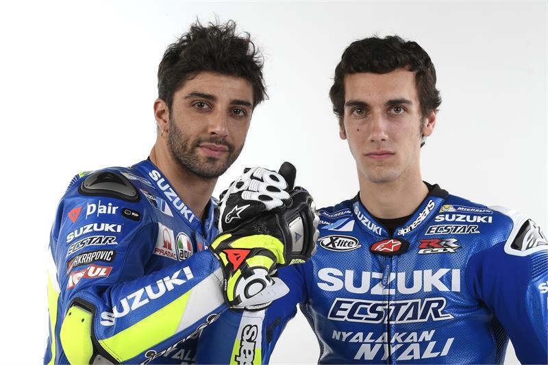 Andrea Iannone (kiri) dan Alex Rins (kanan).